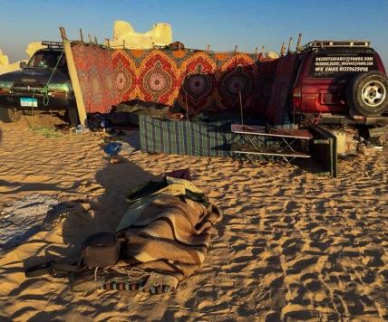 Eu dormindo na areia do deserto